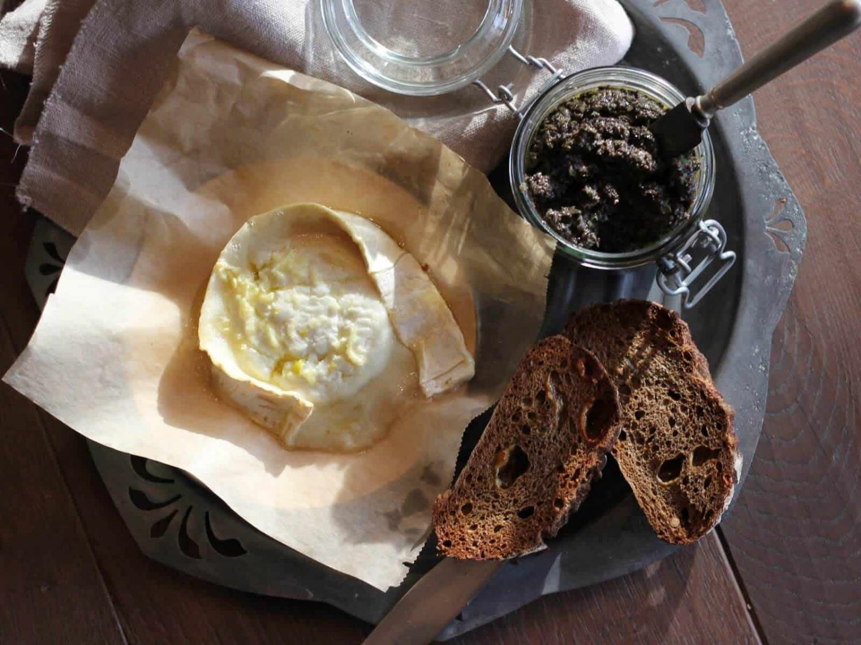 Heimgemachte Oliventapenade mit gebackenem Ziegenkäse
